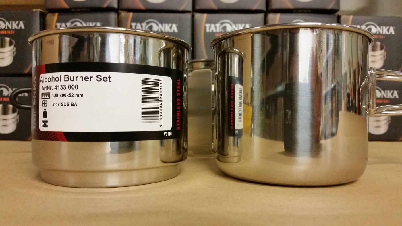 A gauche la popote du kit à droite la tasse Handle Mug