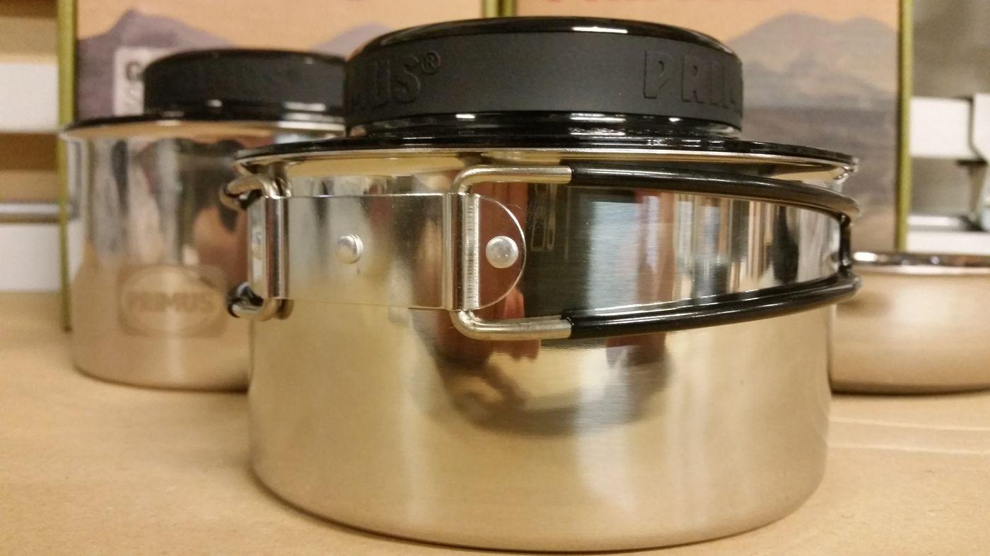 2 casseroles avec couvercle
