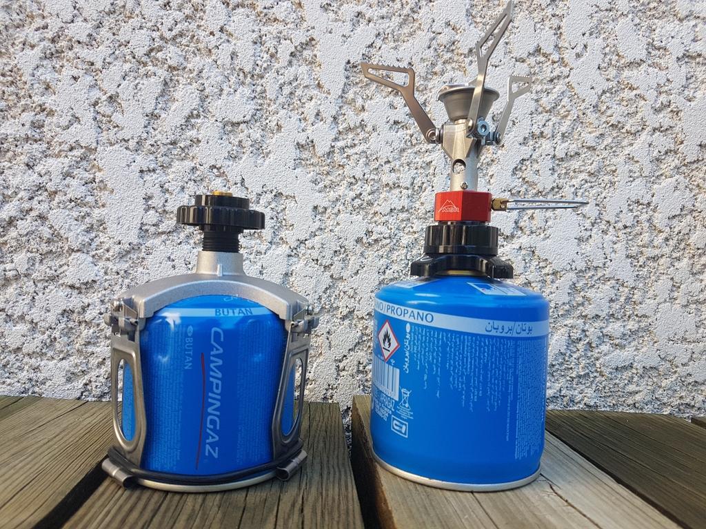 Adaptateurs Elderid pour cartouches de gaz perçable (à gauche) et à vis (à droite).
